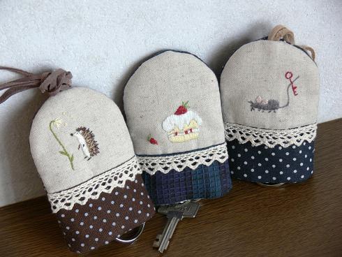 ワンポイント刺繍のキー・カバー